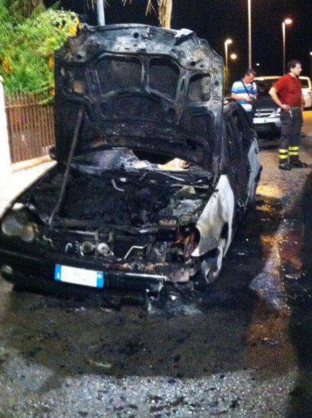 auto-incendiata-pozzessere