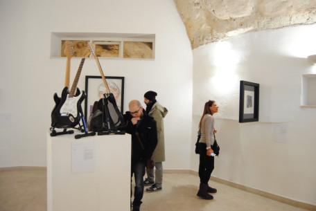 visitatori alla mostra della fondazione Sassi