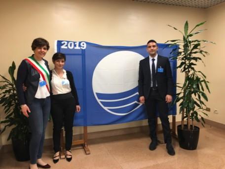 Il Sindaco Viviana Verri alla cerimonia di consegna della Bandiera Blu