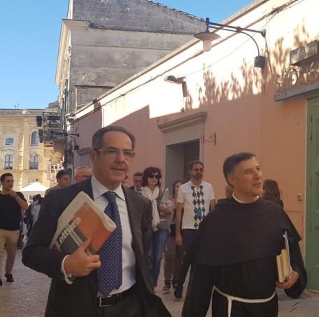 Il presidente della Fondazione Sassi Vincenzo Santochirico con Padre Enzo Fortunato