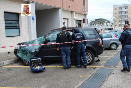 auto danneggiata da esplosione