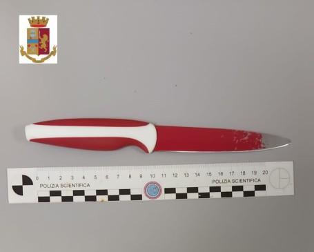 FOTO COLTELLO - COMUNICATO STAMPA DEL 11 LUGLIO 2020 - aggredisce e insegue la moglie con un coltello, arrestato (1)