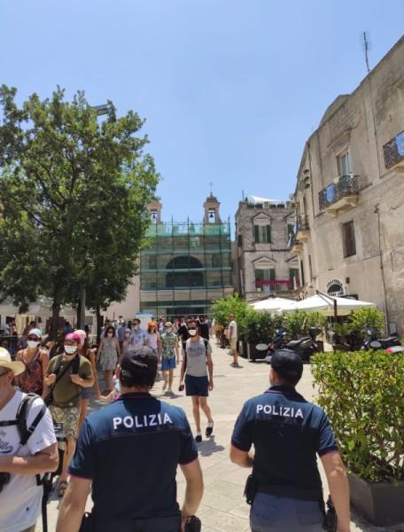 Polizia tra la gente
