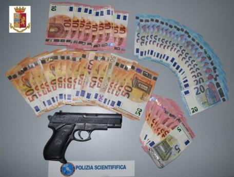pistola e denaro sequestrati